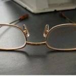 안경에 시력 맞추는 노인들...시력검사는 없다