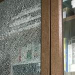[노컷영상] 수입브랜드 책장 문 유리, 펑~소리나며 산산조각