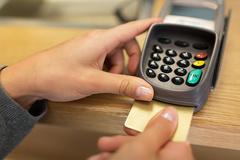 속도 느린 IC칩 신용카드 해결책 없나?...카드사 비용문제로 성능개선 '난색'