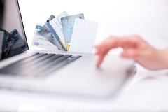 카드사, 수수료 악재로 침체 본격화...직원 줄인 현대카드만 순익 늘어