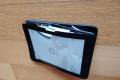 [노컷영상] 부풀어 오른 배터리 때문에 본체마저 박살난 태블릿 PC