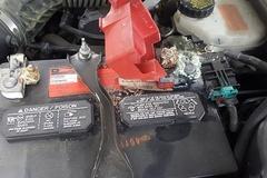 [노컷영상]  1년된 차량 배터리 부식으로 곰팡이 범벅