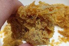 [노컷영상] 유명 브랜드 후라이드치킨에서 길죽한 닭털이 삐죽