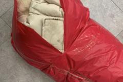 [노컷영상] 포장 찢어져 까만 때 덕지덕지 묻은 채 배송된 옷